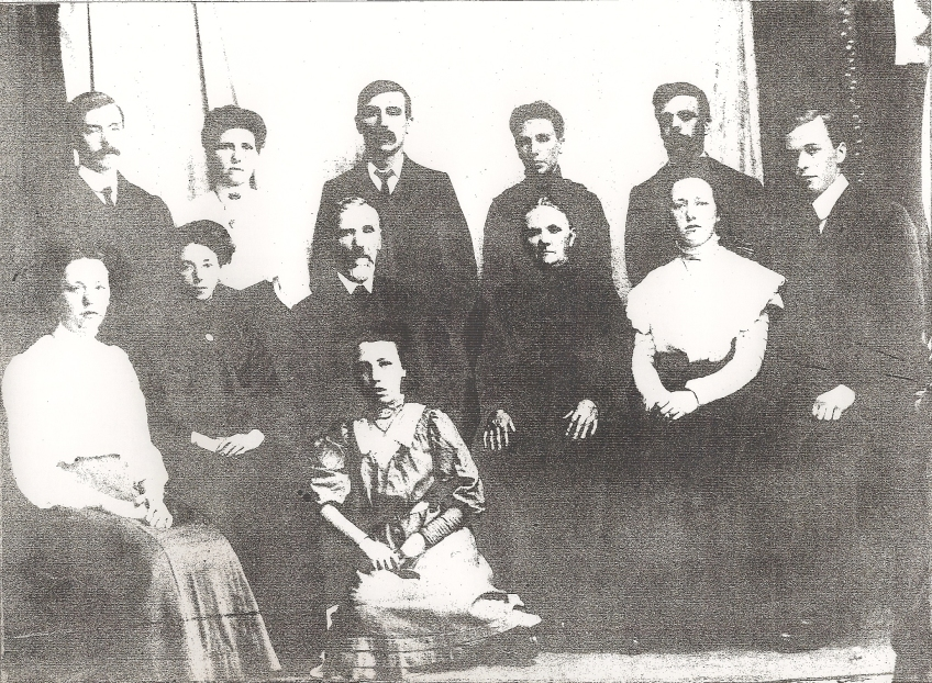 Len Crackett & Mary Parkinson with their 10 grown up children